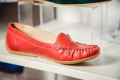 Los zapatos de las mujeres en el estante en la venta de la tienda Imagen de archivo libre de regalías