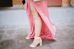 Los zapatos de las mujeres en las piernas de una mujer fotos de archivo libres de regalías
