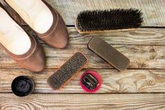Los zapatos de las mujeres y productos del cuidado para el calzado Imagen de archivo libre de regalías