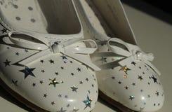 Los zapatos de los girlblancos con las estrellas de plata Imagen de archivo libre de regalías
