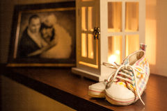Los zapatos de los niños en el estante Fotos de archivo