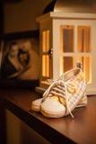 Los zapatos de los niños en el estante Fotografía de archivo