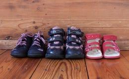 Los zapatos de los niños en una línea Fotografía de archivo libre de regalías