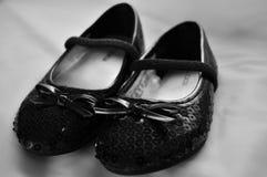 Los zapatos de los niños se cierran para arriba Foto de archivo