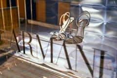 Los zapatos de lujo de las mujeres de Giorgio Armani en la exhibici?n de la tienda fotografía de archivo libre de regalías