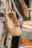 Los zapatos de mimbre de la población rural de Rusia fotografía de archivo