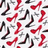 Los zapatos de tacón alto brillantes rojos y negros del diseño inconsútil del modelo vector el ejemplo Foto de archivo