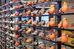 Los zapatos del fútbol de Nike, los modelos nuevos para él de los hombres muestran en estantes imagen de archivo
