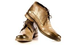 Los zapatos del hombre aislados en los accesorios blancos del fondo Imagen de archivo