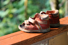 Los zapatos del niño en la luz Foto de archivo
