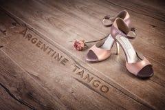 Los zapatos del tango de Argentina y un seco subieron en la madera, texto Fotografía de archivo