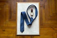 Los zapatos determinados de Butterfly del novio ceñen los accesorios del ` s de los hombres de los relojes de las mancuernas Fotografía de archivo