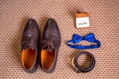 Los zapatos determinados de Butterfly del novio ceñen los relojes Men& x27 de las mancuernas; accesorios de s Imágenes de archivo libres de regalías