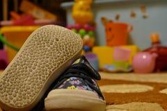 Los zapatos, el número, los juguetes, el niño Foto de archivo