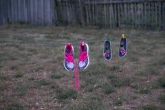 Los zapatos en una cuerda son ejecución secada imágenes de archivo libres de regalías