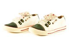 Los zapatos femeninos aislados en el fondo blanco embroman beautifu Imagenes de archivo