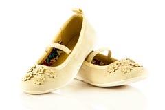 Los zapatos femeninos aislados en el niño blanco del fondo embroman Fotografía de archivo libre de regalías