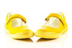 Los zapatos femeninos aislados en el niño blanco del fondo embroman beautifu Fotografía de archivo libre de regalías