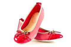 Los zapatos femeninos aislados en el niño blanco del fondo embroman beautifu Imagen de archivo