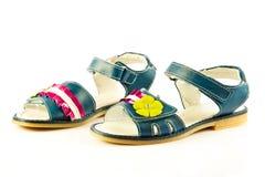 Los zapatos femeninos aislados en el niño blanco del fondo embroman los accesorios hermosos Imagenes de archivo