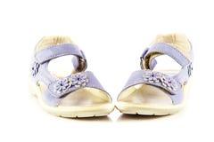 Los zapatos femeninos aislados en el niño blanco del fondo embroman los accesorios hermosos Foto de archivo libre de regalías