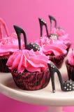 Los zapatos femeninos del estilete del tacón alto adornaron las magdalenas rojas del terciopelo del rosa y del negro - cercanas pa Imagenes de archivo