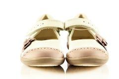 Los zapatos femeninos en el niño blanco del fondo embroman los accesorios del beautifu Imagenes de archivo