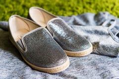 Los zapatos grises de la muchacha de la moda Fotografía de archivo libre de regalías
