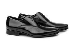 Los zapatos negros masculinos en blanco imagenes de archivo