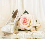 Los zapatos nupciales hermosos, color de rosa se levantaron Imágenes de archivo libres de regalías