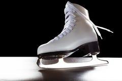 Los zapatos para mujer para patinan sobre hielo Foto de archivo