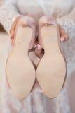 Los zapatos rosados de la boda con la inscripción hago Imágenes de archivo libres de regalías