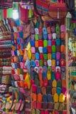 Los zapatos tradicionales coloridos de Marruecos hicieron del cuero Fotografía de archivo
