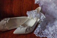 Los zapatos velan y liga de la novia imagenes de archivo
