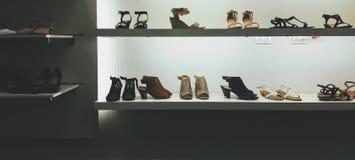 Los zapatos venden la exhibición al por menor Fotos de archivo libres de regalías