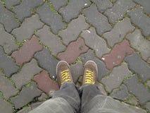 Los zapatos viajan en la opinión inferior de la forma del piso Fotos de archivo libres de regalías