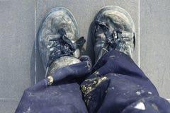 Los zapatos viejos del trabajador del hombre manual detallan la alta opinión Foto de archivo libre de regalías