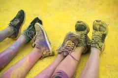 Los zapatos y las piernas coloridos de adolescentes en el evento del funcionamiento del color Fotografía de archivo libre de regalías