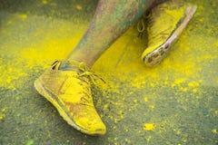Los zapatos y las piernas coloridos de adolescentes en el evento del funcionamiento del color Imágenes de archivo libres de regalías