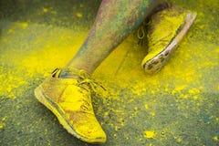 Los zapatos y las piernas coloridos de adolescentes en el evento del funcionamiento del color Fotos de archivo libres de regalías