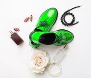 Los zapatos y los accesorios de las mujeres elegantes Fotos de archivo