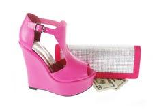 Los zapatos y los cristales encrusted fruncen con el dinero imagen de archivo
