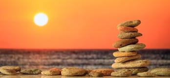 Los ZENES Stone apilan en fondo del mar en la puesta del sol Imágenes de archivo libres de regalías