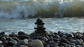 Los ZENES Stone en la playa que se rompe por el mar practican surf almacen de metraje de vídeo