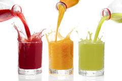 Los zumos de fruta vertieron de las botellas kiwi, pasas, anaranjadas Imagen de archivo