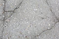 Losa agrietada de la acera concreta con las piedras imagen de archivo libre de regalías