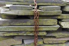 Losa de la pizarra apilada con la cadena fotografía de archivo libre de regalías