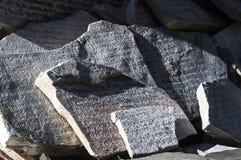 Losa de piedra grabada con rezos budistas Fotos de archivo