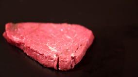 Losa del filete crudo magro blando que cae sobre negro almacen de metraje de vídeo