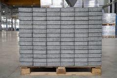 Losas cuadradas grises del pavimento del hormigón o del adoquín Imagen de archivo libre de regalías
